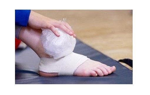Chườm lạnh giúp giảm đau nhức chân