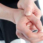 Cứng khớp ngón tay buổi sáng: Nguyên nhân, điều trị