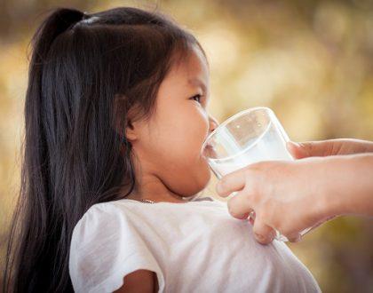 trẻ bị rối loạn tiêu hóa có nên uống sữa không