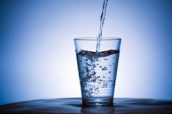 Uống nhiều nước hỗ trợ chữa đau lưng sỏi thận