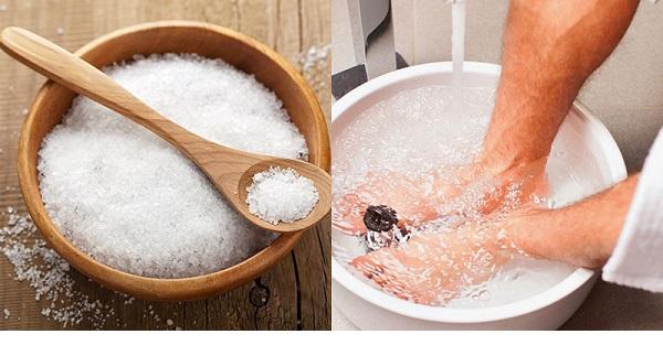 Ngâm chân bằng nước muối chữa đau ở khớp ngón chân