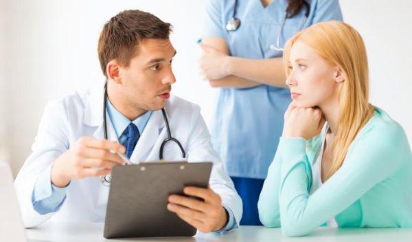 Bác sĩ thăm khám để có phác đồ điều trị viêm khớp tự miễn hiệu quả
