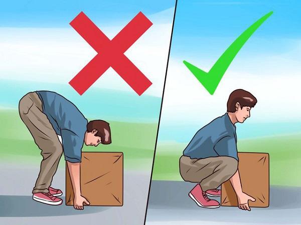 Mang vác sai tư thế có thể gây đau lưng ở nam giới