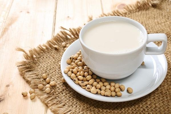 Gai cột sống có nên uống caxi - sữa đậu nành