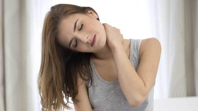 Nằm ngủ sai tư thế là một trong nhiều nguyên nhân gây ra tình trạng đau cổ.