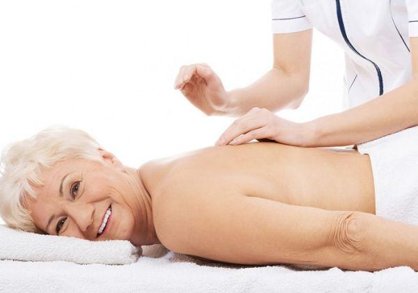Vật lý trị liệu hỗ trợ giảm đau nhức xương khớp ở người già