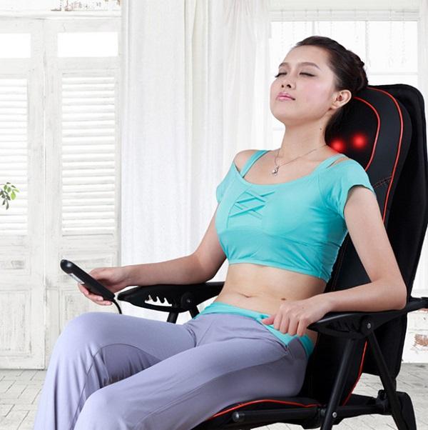 Sử dụng máy đấm lưng giúp mang lại cảm giác thư giãn thoải mái.