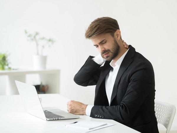 dân văn phòng thường xuyên cảm thấy đau lưng, vùng vai gáy do phải ngồi quá nhiều.