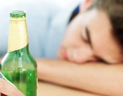 đau lưng khi uống rượu bia
